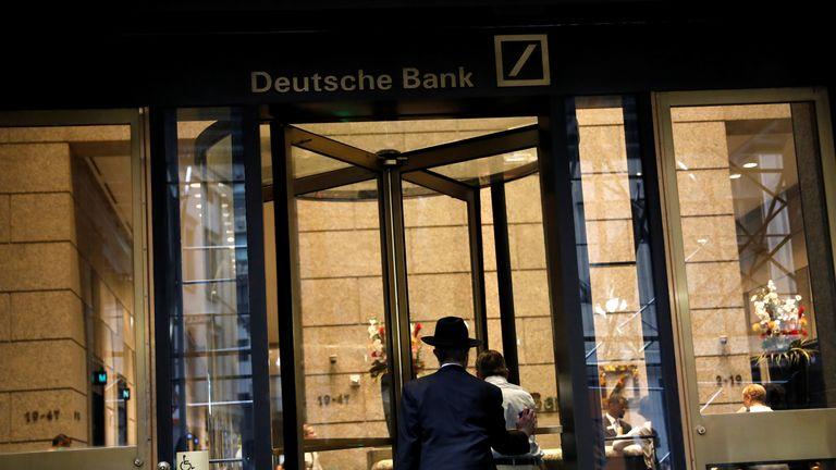 Un hombre entra en el vestíbulo de la sede estadounidense del Deutsche Bank en la ciudad de Nueva York, EE. UU., 8 de julio de 2019. REUTERS / Andrew Kelly