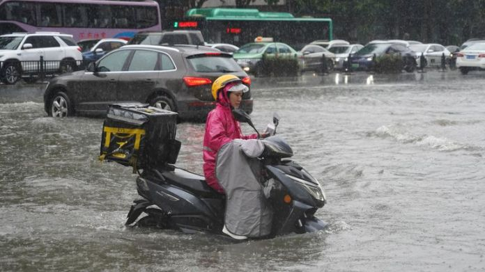 Heavy rainfall causes waterlogging in Zhengzhou city, central China's Henan province, 20 July 2021. (Imaginechina via AP Images)