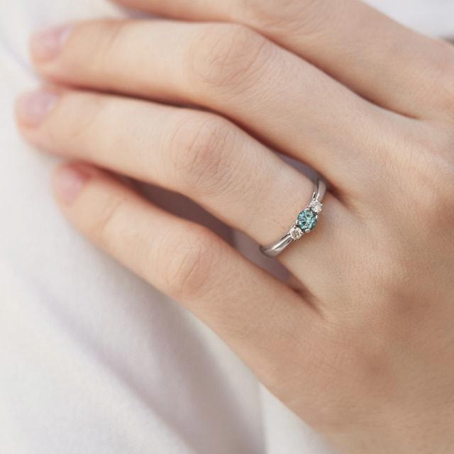 WeigoldRing mit Diamanten in blau und wei KLENOTA