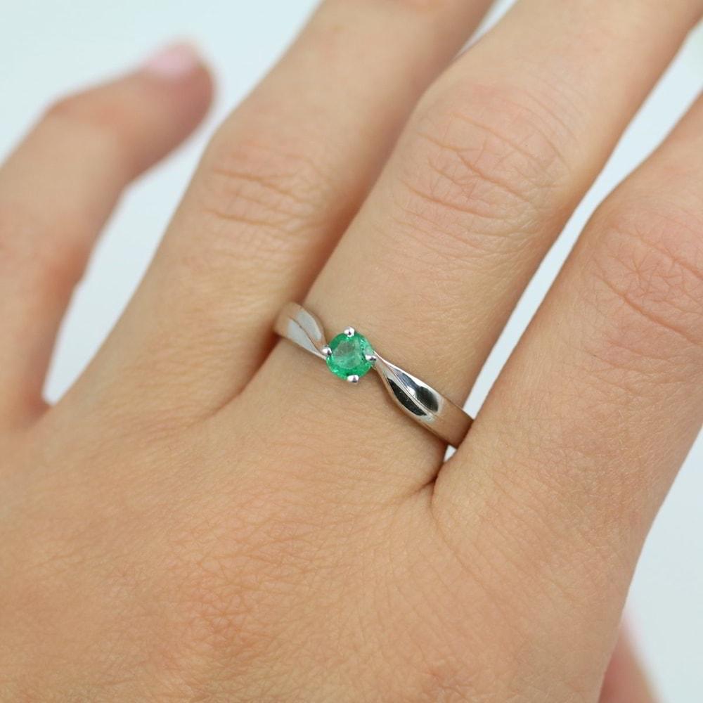 KLENOTA Ring aus Weigold mit Smaragd Ringe Weigold