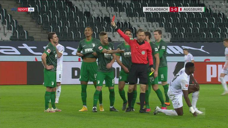 bundesliga 8 spieltag die mannschaft von trainer marco rose musste sich gegen den fc augsburg trotz uberzahl mit einem 1 1 begnugen