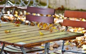Ein leerer Biergarten im Herbst