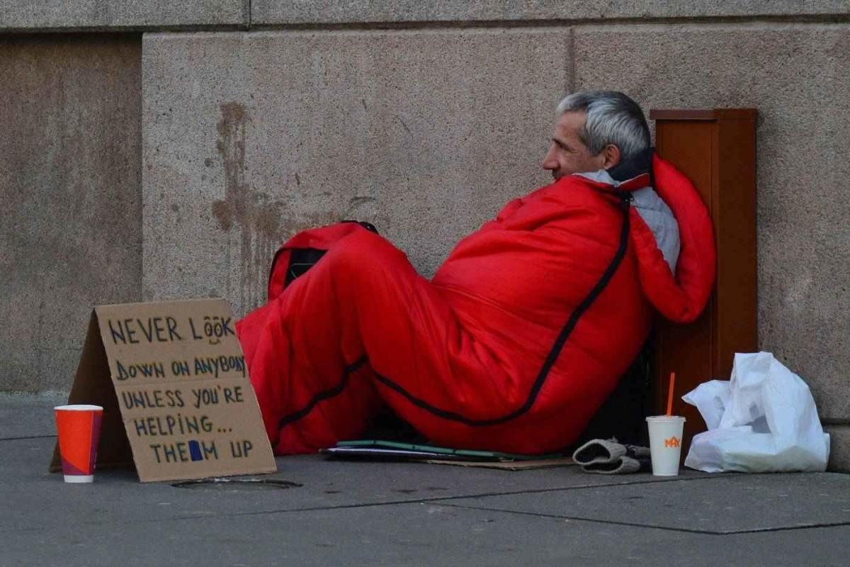 Hombre sin hogar en saco de dormir