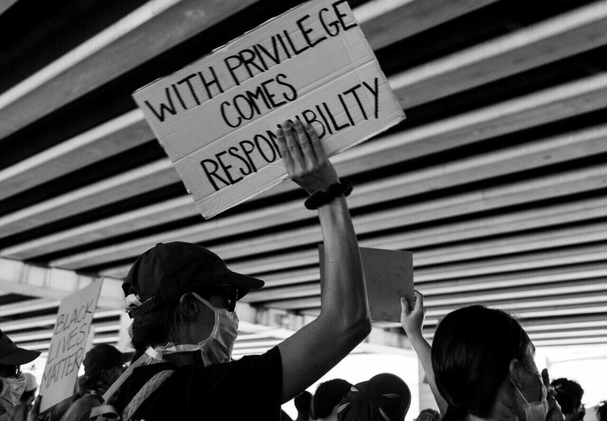 Multitud con signo con privilegio viene responsabilidad