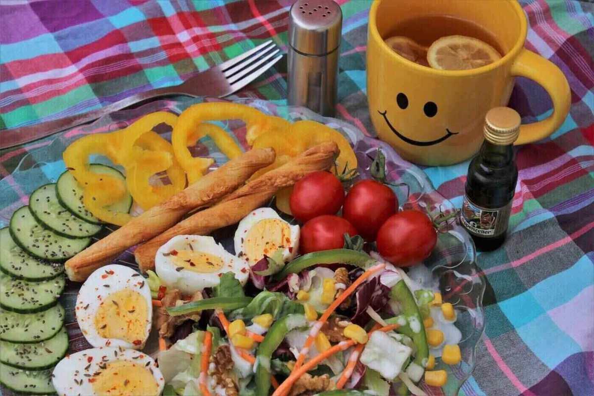 Té, verduras y rodajas de huevo.