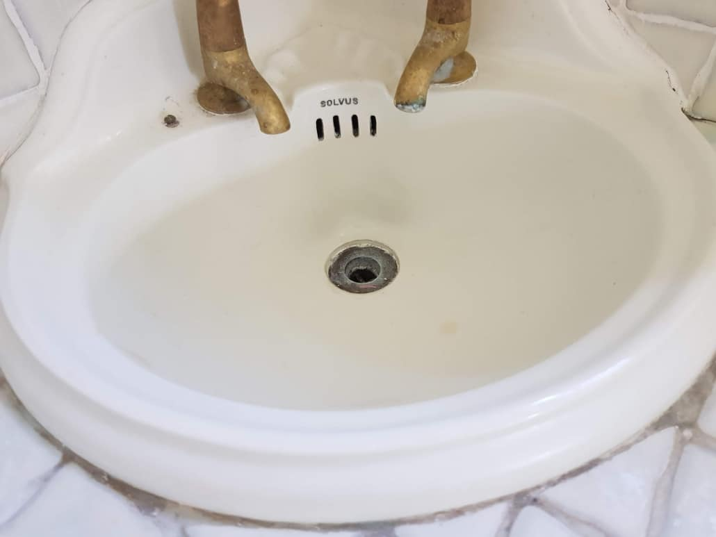 what is bath resurfacing and how to choose from different services and companies