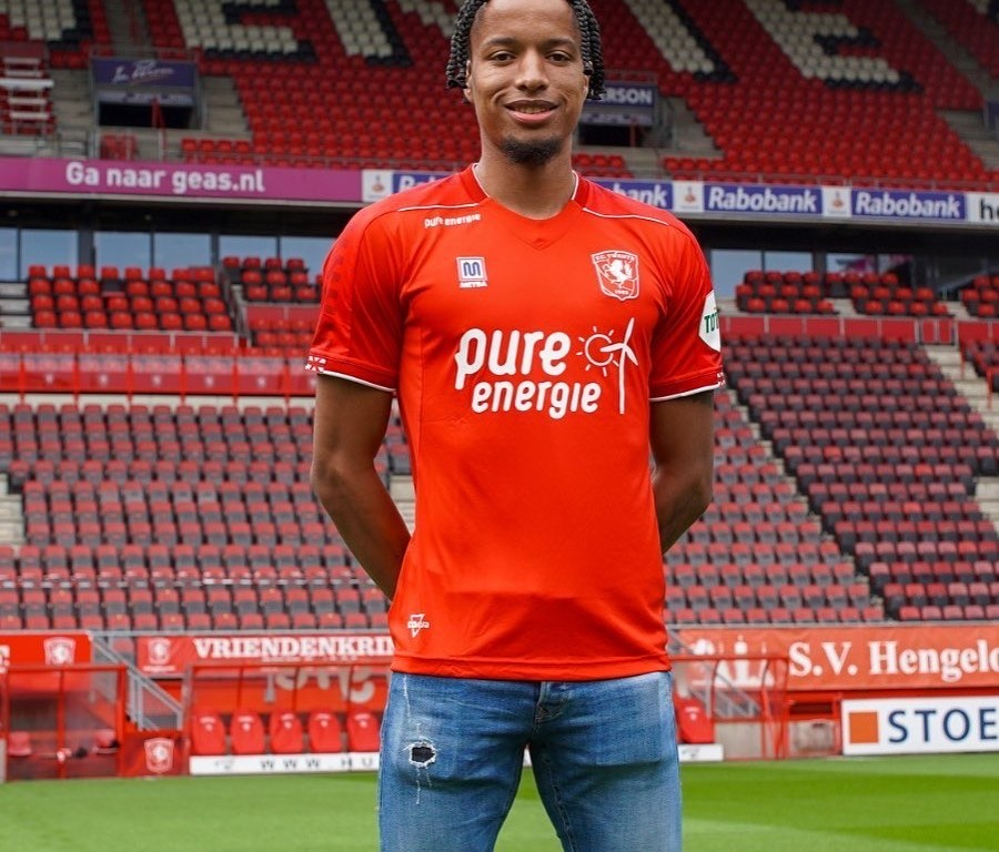 Tyronne Ebuehi poses in FC Twente's home jersey