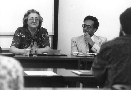 Aina Moll, fent de ponent en una conferència. Al seu costat, s'asseu Carles Duarte