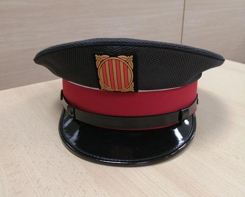 Gorra d'un mosso d'esquadra a sobre d'una taula