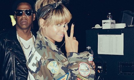 Beyoncé-flashed-her-peace-sign-backstage-Jay-Z (1)