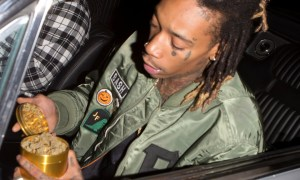 Video: Rapper Wiz Khalifa Hands Out Marijuana To Paparazzi