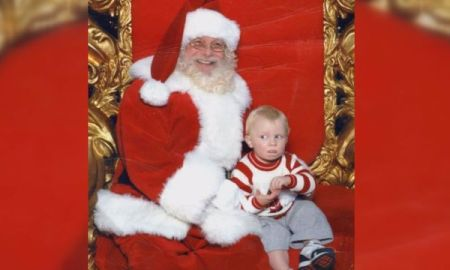 """Not Everyone Is Fond Of Santa, Toddler Signals """"HELP"""" In Sign Language After Sitting On Santas Lap"""