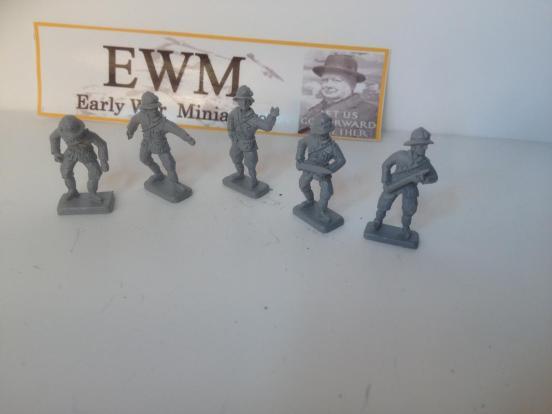 5 Italian Artillery crew in Tropical sun helmets