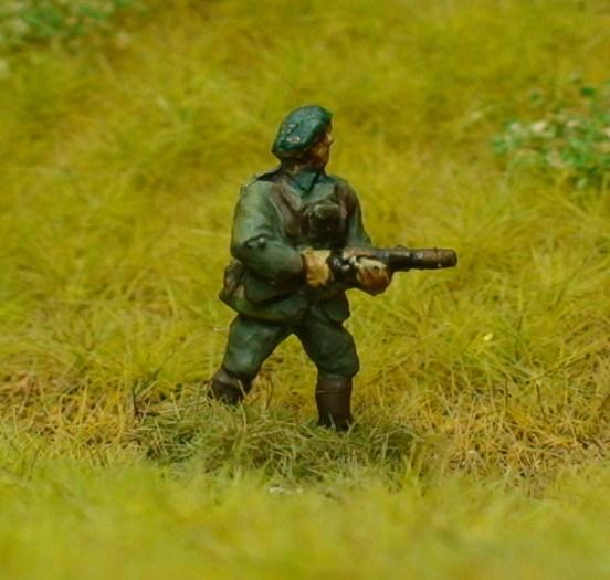 1 x Chasseurs Ardennes Infantry Officer firing MP28