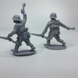 2 x German Early war Infantryman attacking - throwing grenades