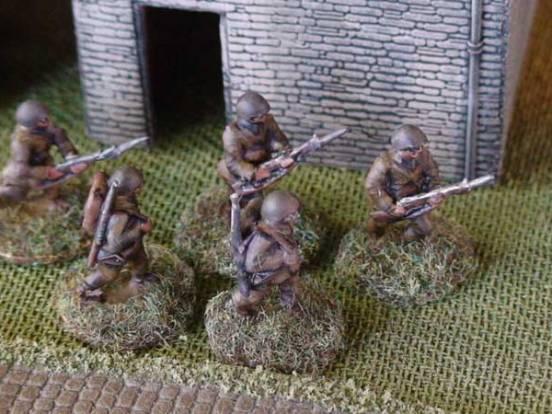 1 x Infantryman - Advancing rifle slung and full pack