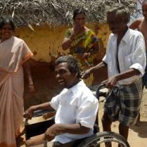 障がい者支援事業で車いすを寄付