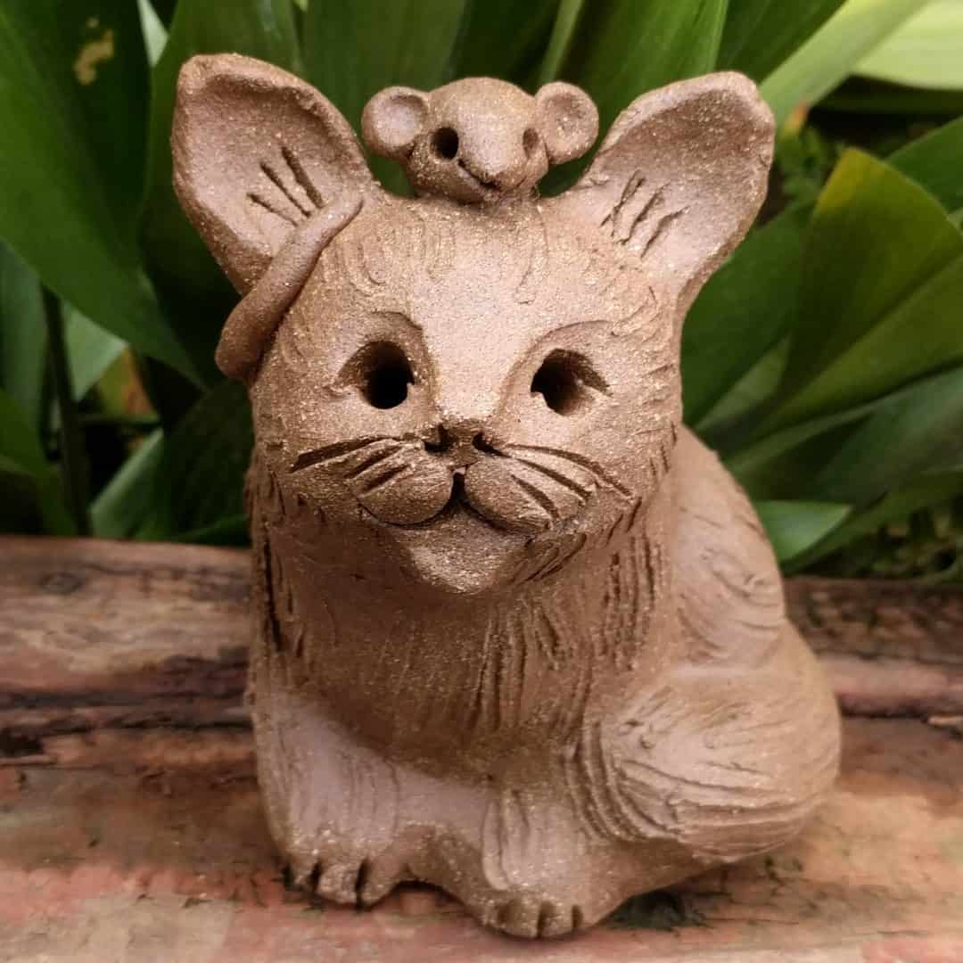 large_sitting_cat_mouse_head_outside_3