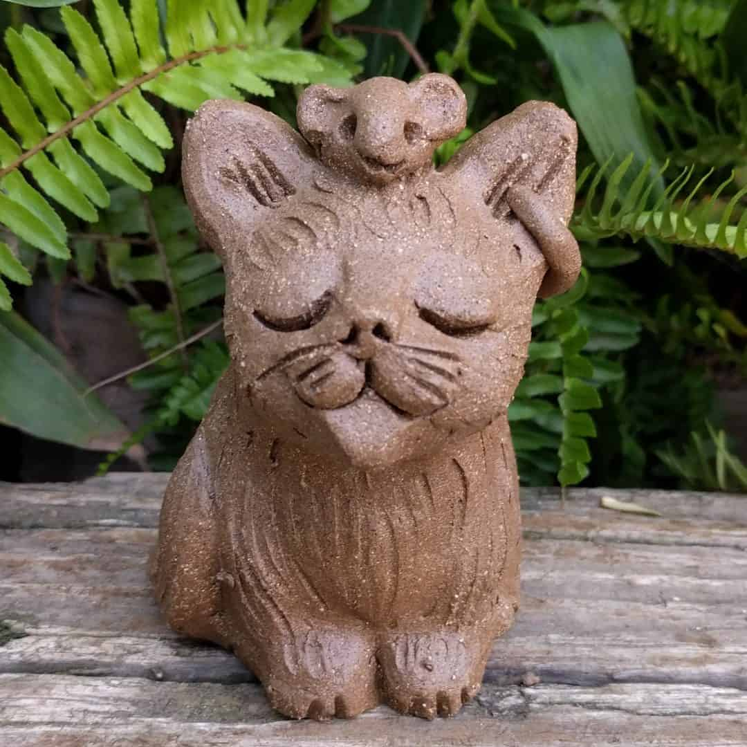small_sitting_cat_mouse_head_outside_2