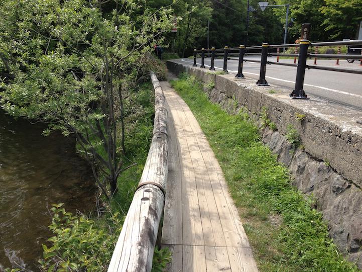 Lake Yu (yunoko) hiking trail follows the road at times