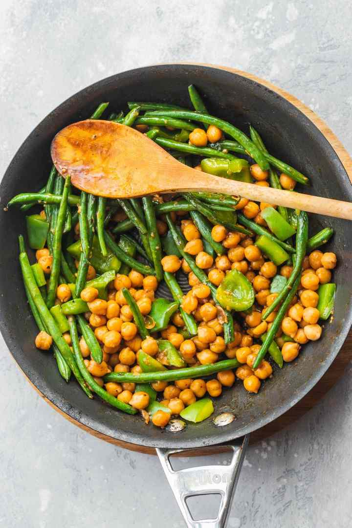 Frying pan with sweet and sour chickpeas and green beans