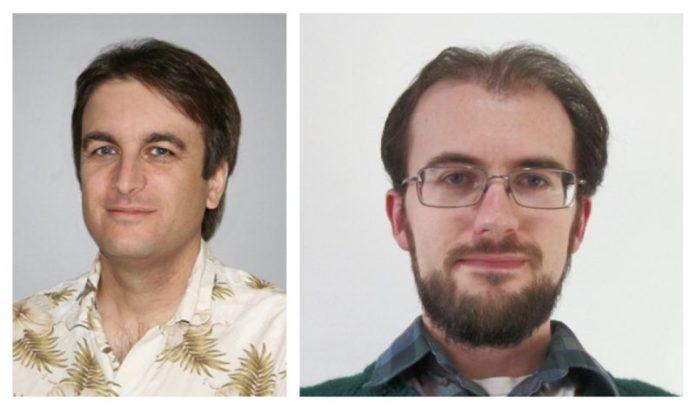 दो पुरुष अगल-बगल, एक शर्ट पर छपे पौधों के साथ और दूसरा चश्मा और दाढ़ी के साथ।