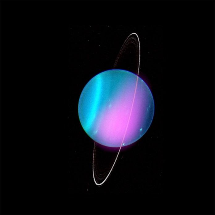वातावरण और पतली छल्लों में बैंड के साथ रंगीन ग्रह।