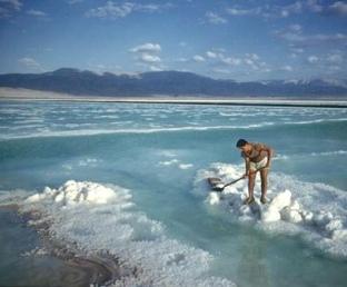 Harvesting-Sea-Salt