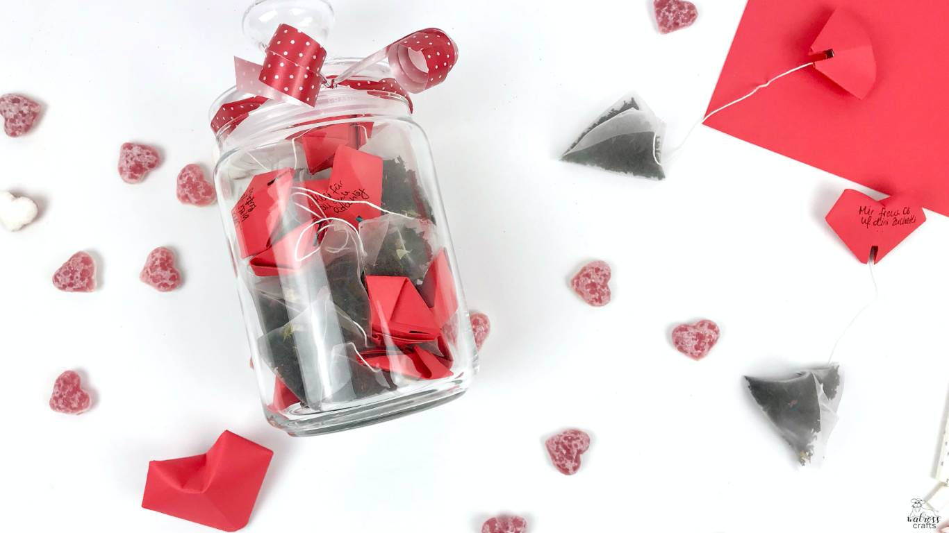 bring-along gift of tea with hearts to stick on the rim of the mug #diy #present #gift #teawithheart #teatime
