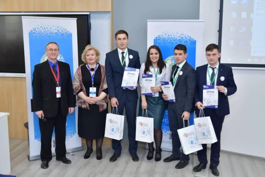 Юные участники чемпионата CASE-IN со своим руководителем и А.В. Хребтовым