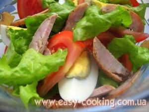 салат з яйцями, помідорами та ковбасою