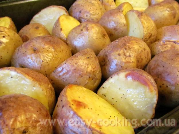 Картопля, запечена в духовці половинками