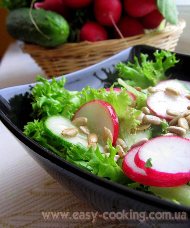 Салат з редискою, огірками та соняшниковим насінням