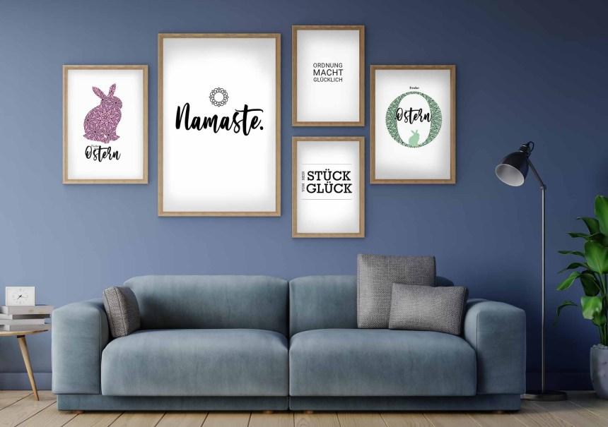 Wohnzimmer in Blau mit graphischen Bildern an der Wand
