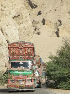 Pakistanilaiset kuorma-autot ovat hitaasti liikkuvia taideteoksia