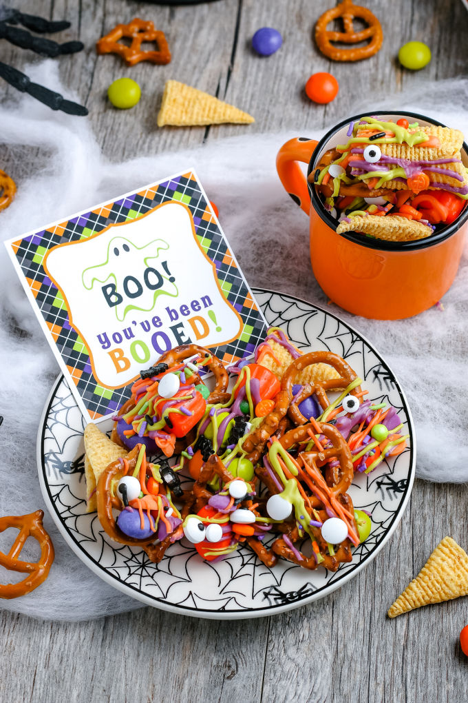 """This Halloween Snack Mix is an easy recipe that is always a hit. Included is a FREE """"You've Been Booed"""" printable and other gift tags for gifting this snack mix! via @easybudgetrecipes"""