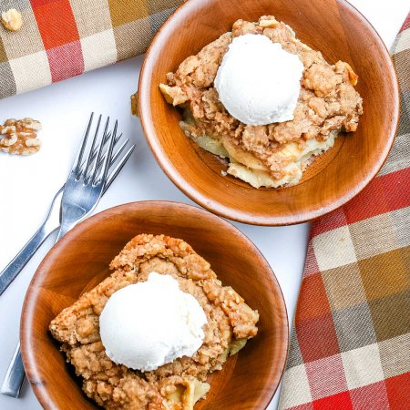 An overhead picture of the finished apple crisp recipe.