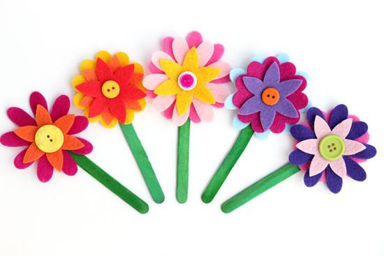 Felt Flower Bookmarks are adorable and super easy to make! A fun quick craft for kids of all ages (and grown-ups too!)!