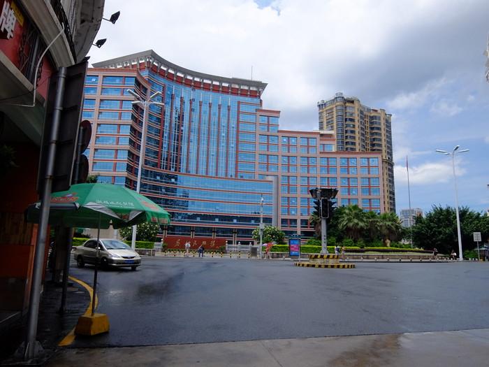 中山路内陸側終点にある大きな建物