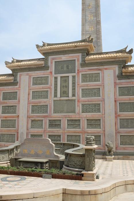 塔の正面側、陳嘉庚の墓