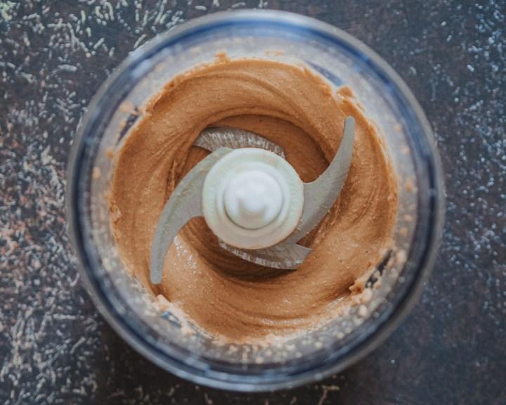 fertiges Cashewmus im Mixer/Multizerkleinerer