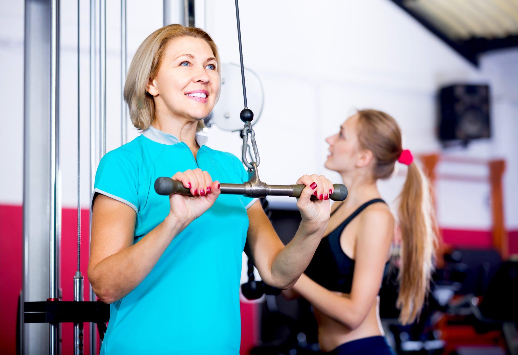 ジムで運動している女性