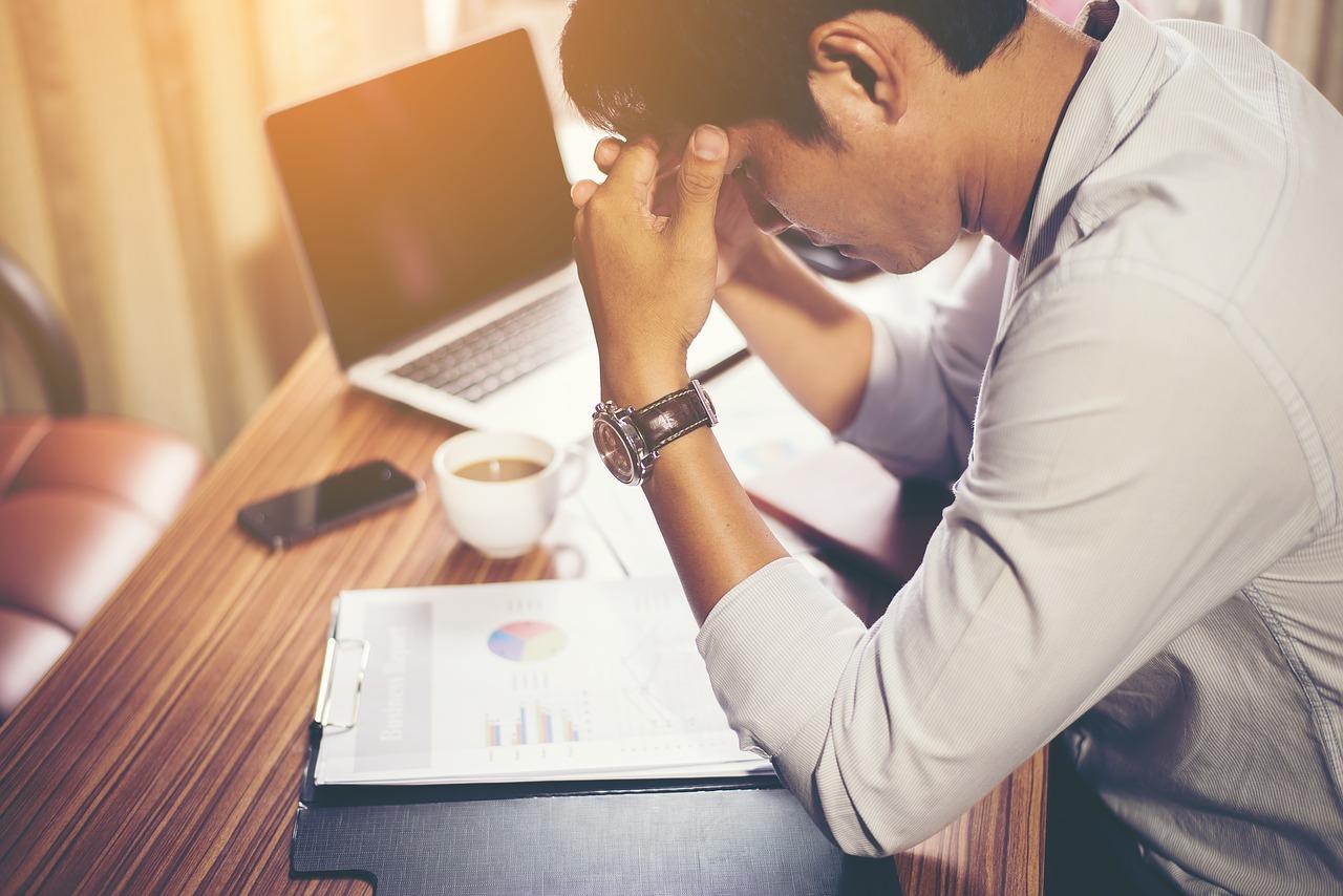 仕事のストレスで悩みを抱えているビジネスマン
