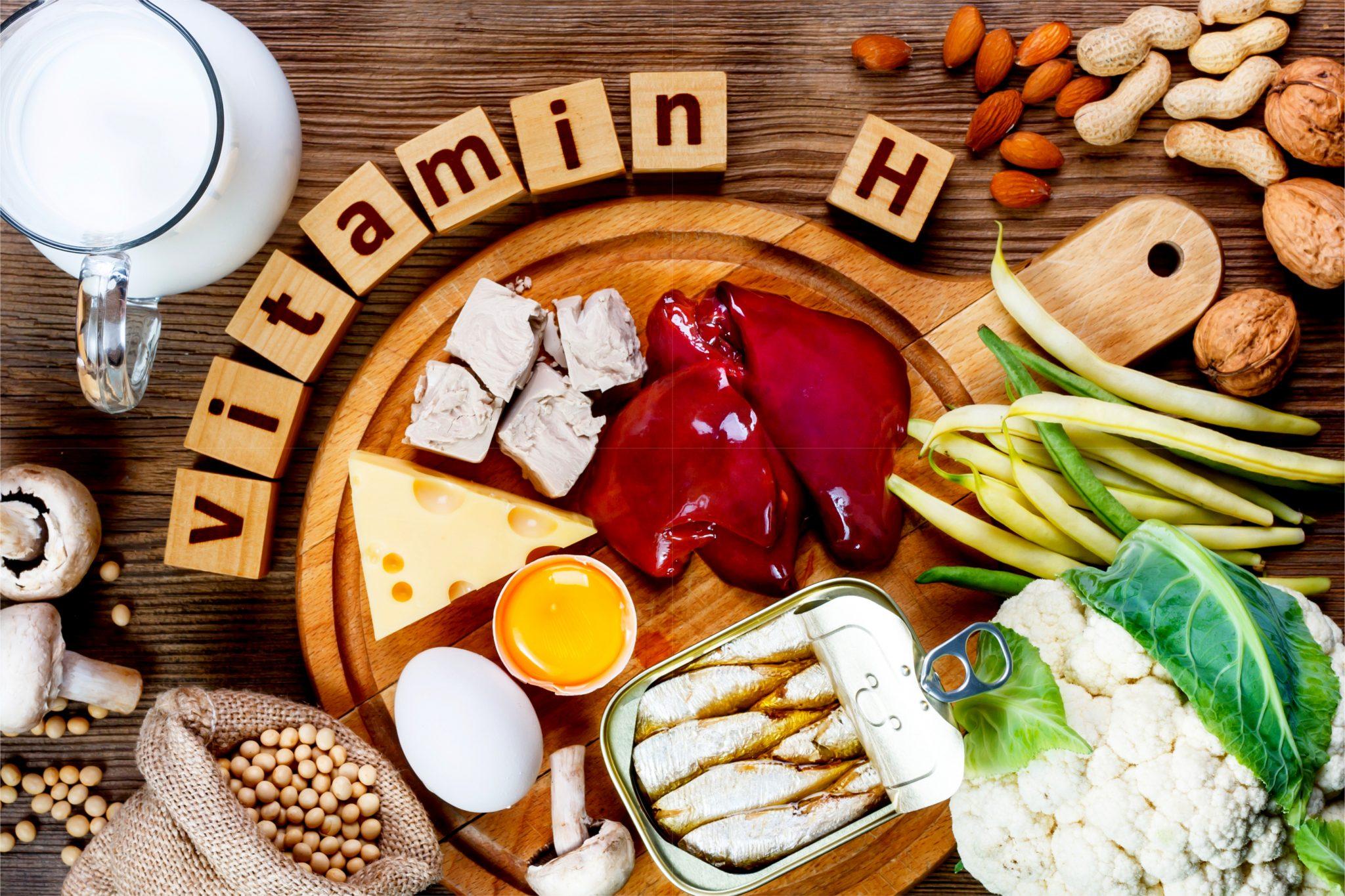 ビタミンHの木製のブロックとビタミンHを多く含む食べ物の写真