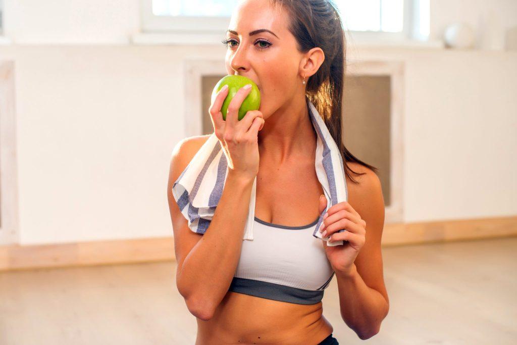 りんごを食べる運動後の美女