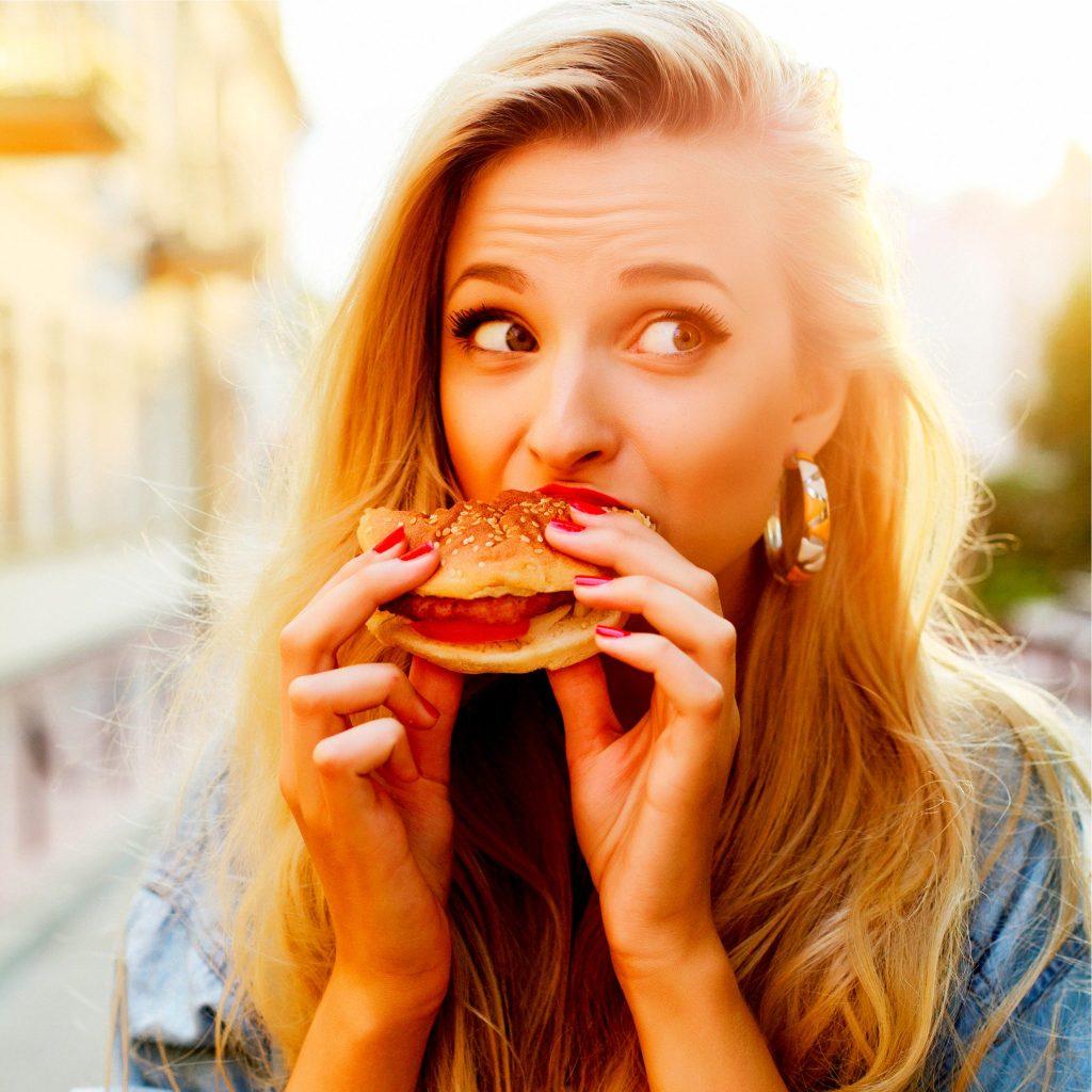 ハンバーガーを食べる美女