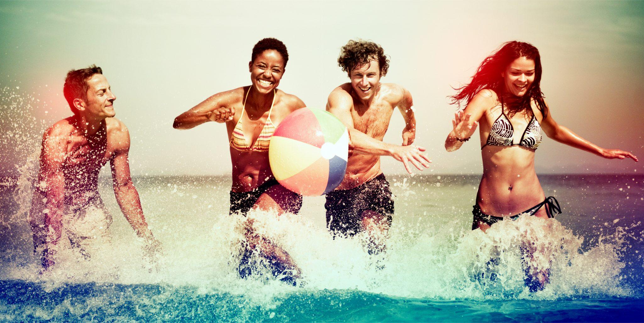 夏に海で遊んでいる4人の若者