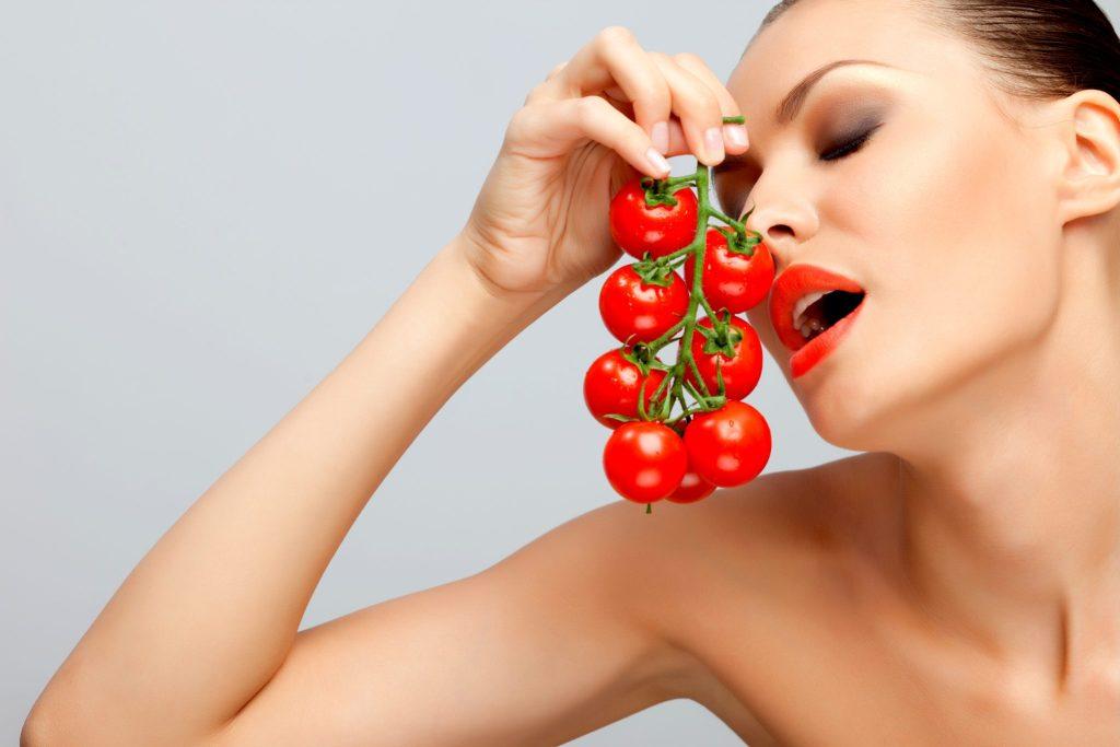フルーツトマトを食べる美女
