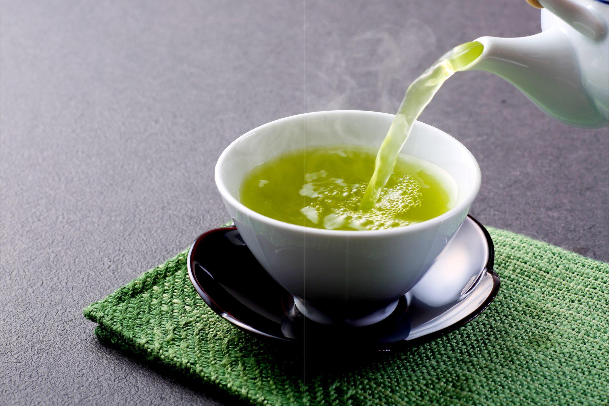 カテキンたっぷりの緑茶を注いでいる
