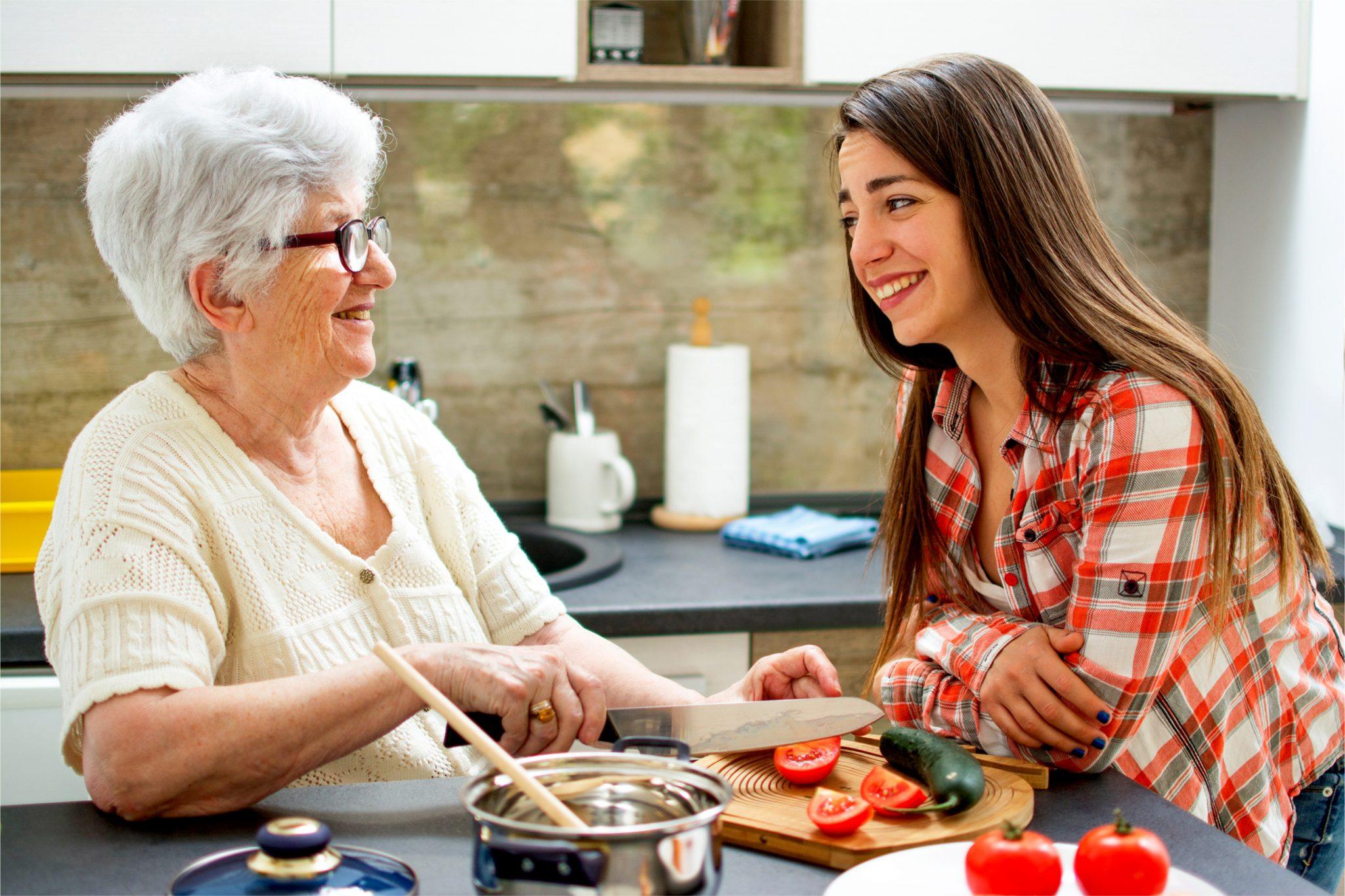 おばあちゃんに料理を教わっている娘